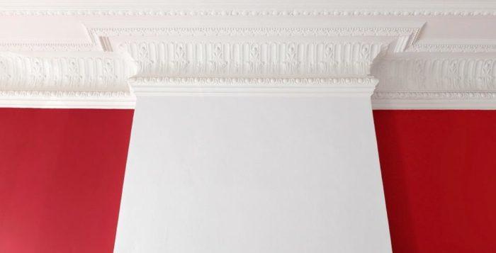 Как правильно и чем окрашивать потолочный плинтус
